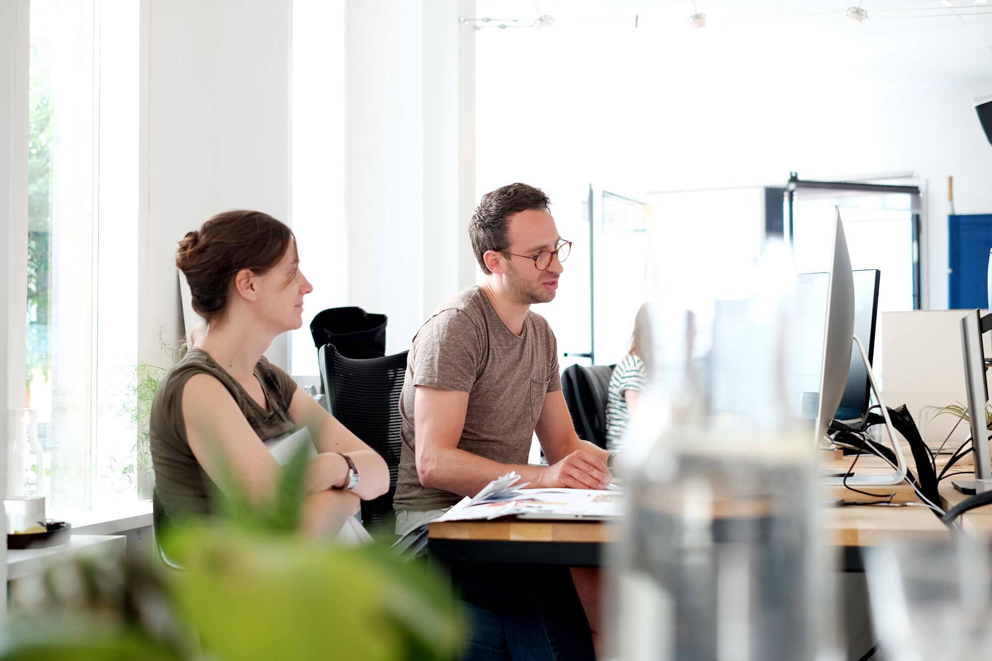 Joris en Marianne ontwerpen op de computer